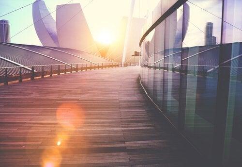 En bygning med sollys i baggrunden