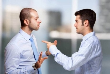 Mand peger fingre af en anden mand