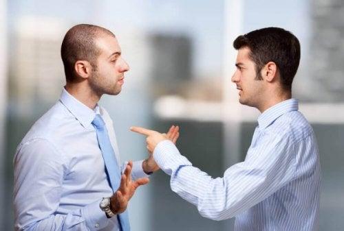 To mænd skændes, for de siger aldrig undskyld