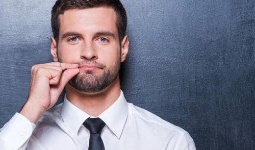 Mand lukker mund for at kommunikere bedre