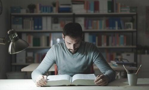 En studerende bruger selvreguleret indlæring til at studere