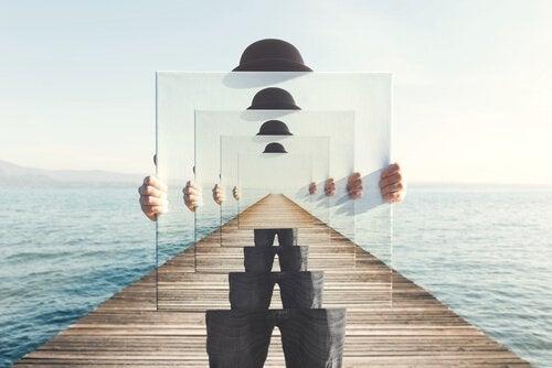 Mand holder billeder af sig selv på en bro