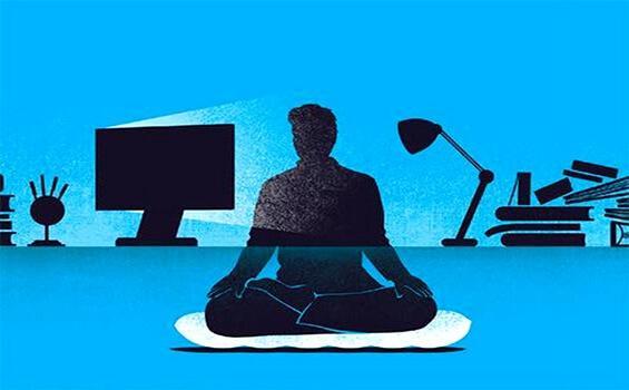 En mand, der praktiserer mindfulness