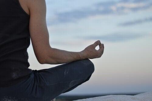 Person mediterer udenfor