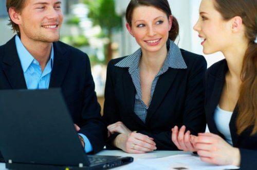 Forretningsfolk arbejder på at kommunikere bedre