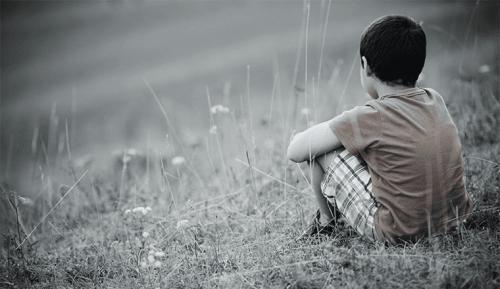 Dreng alene på eng
