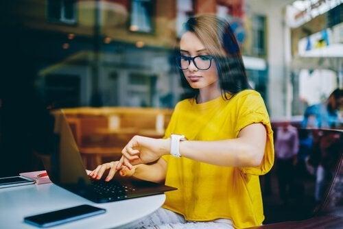 kvinde ved sin computer