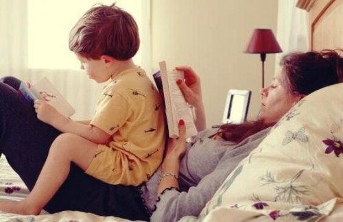 Mor med barn læser bøger