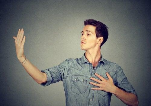 Mand, der bruger hånd som spejl, besidder for høj selvtillid