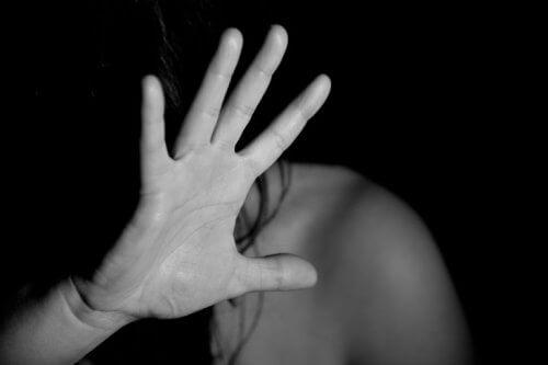 Kvinde, der gemmer sig bag sin hånd, lider under undertrykkelse
