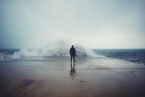 mand ude i stormvejr