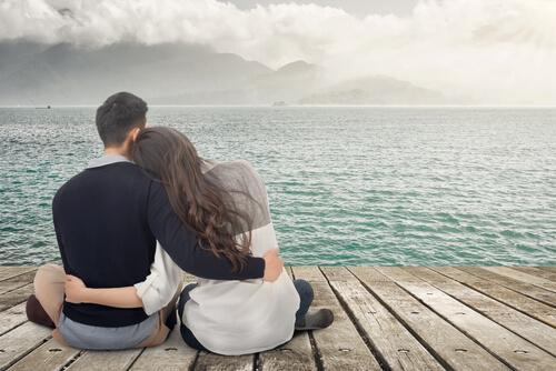 Par kigger ud mod havet