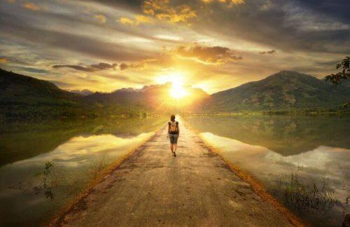 Person på vej mod sol symboliserer at acceptere dig selv