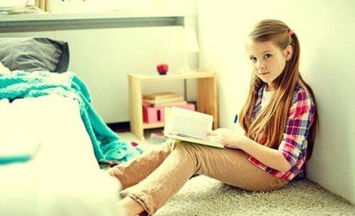 Pige, der læser, nyder fordele ved at være enebarn