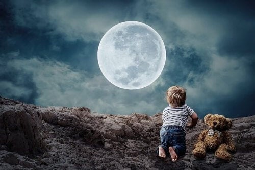 dreng ser op mod månen