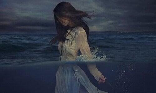 kvinde halvvejs ude i vandet