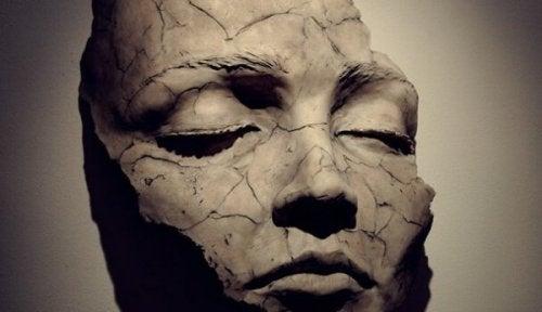 Krakeleret maske symboliserer følelsesmæssig skrøbelighed