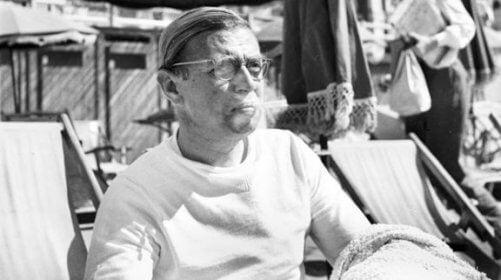 Jean-Paul Sartre sidder i en strandstol