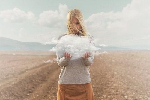 pige med sky i hånd
