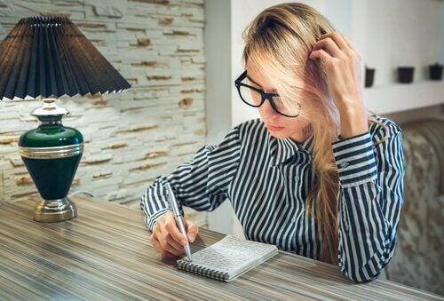 Kvinde bruger det at skrive som terapeutisk redskab