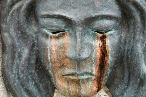 Grædende statue illustrerer det svære ved at håndtere frygt
