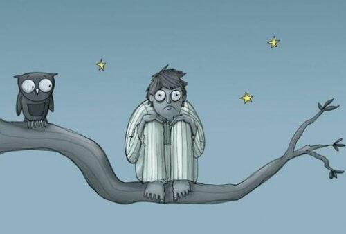 Mand på gren med ugle lider af stressrelateret søvnløshed