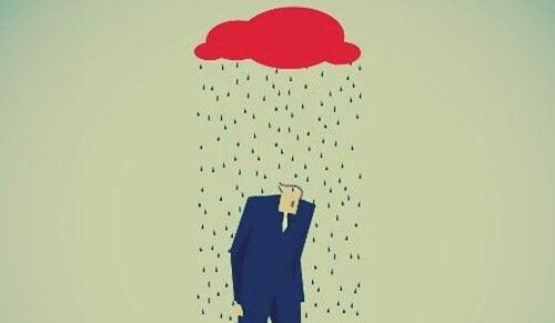 Person går under regnsky