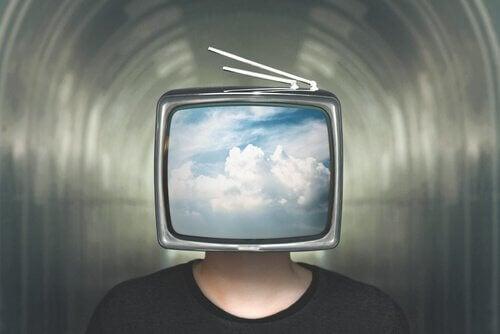 Person med fjernsyn som hoved