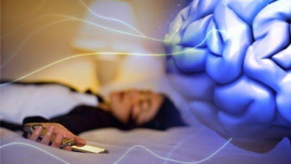 kvinde faldet i søvn med telefon i hånden