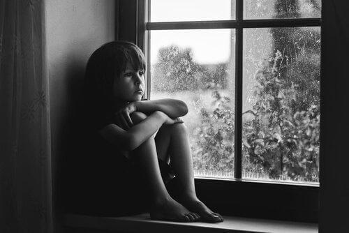 Trist dreng i vindue