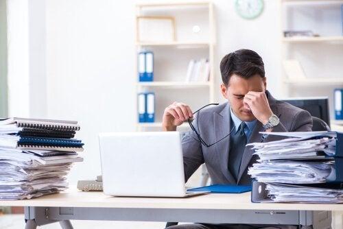 en træt mand på jobbet