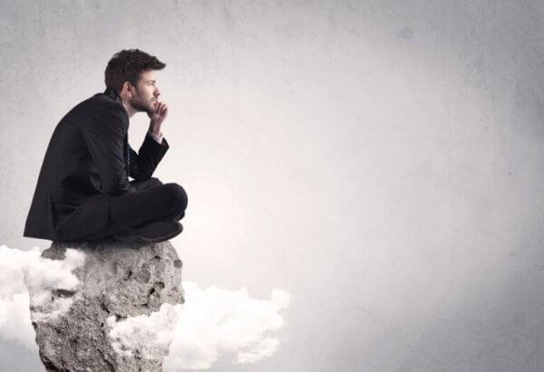 mand spekulerer på en bjergtop