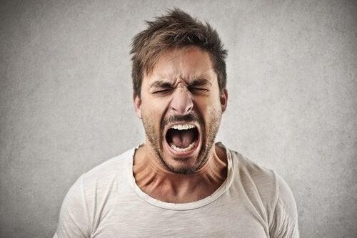 Mand viser tegn på giftig adfærd, der skubber andre væk