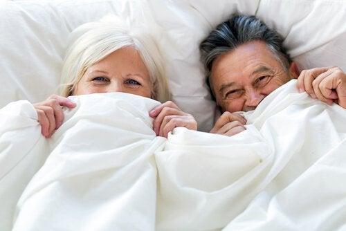 Ældres seksualitet illustreres af ældre par under dyne
