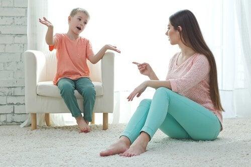 Mor bruger distrahering overfor søn