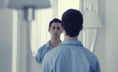 Mand kigger i spejl
