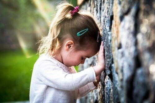 Trist pige oplever sygelig sorg