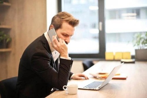 Mand snakker i telefon om psykiske årsager til fravær på arbejdet