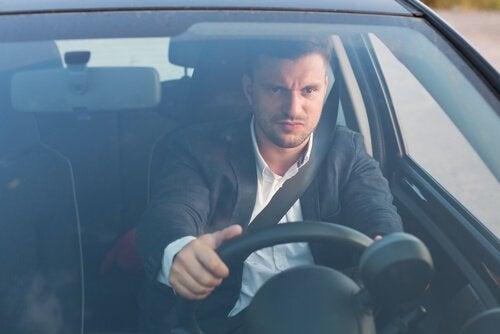 Mand med vrede i trafikken