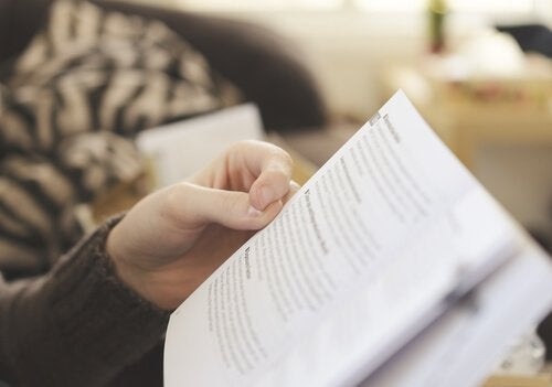 Person læser i bog og påvirkes af forankringseffekten