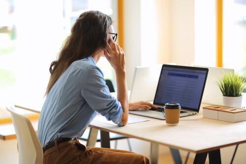 kvinde i fuld gang med arbejdet