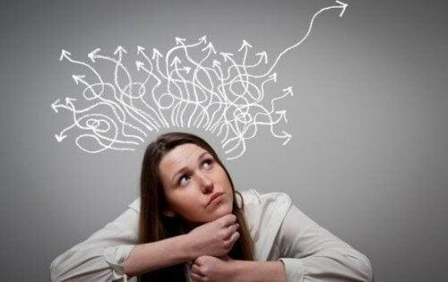 Kvinde med mange pile ud fra hoved symboliserer forskellige holdninger