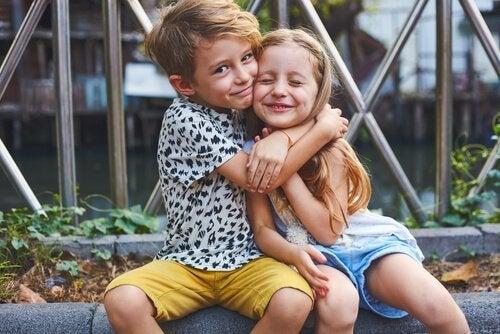 Bror og søster krammer