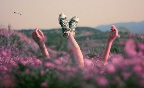 Person ligger i blomstermark