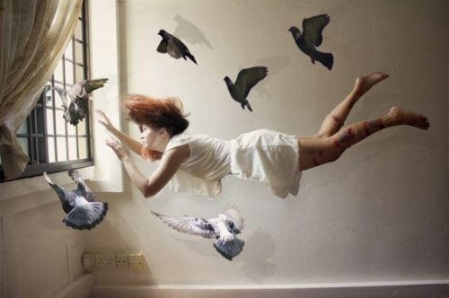 Kvinde flyver i værelse med fugle omkring sig