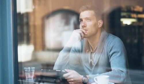 Mand på cafe oplever overdreven dagdrømmeri