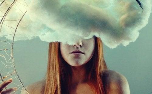 kvinde fanget i en sky