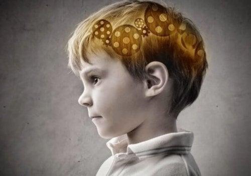 Dreng med tandhjul i hjerne