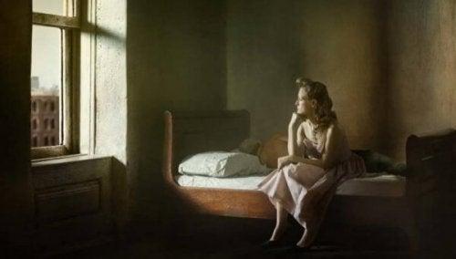 Et typisk Edward Hopper motiv af kvinde, der er ved at se ud af vindue