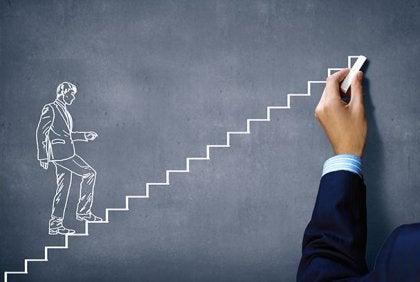 Motivation interviewing illustreres af mand på vej op ad trappe